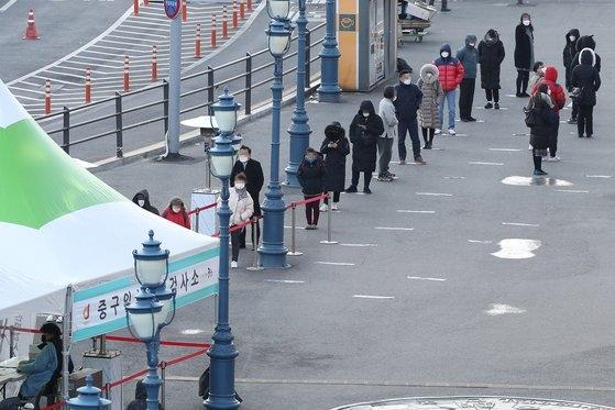 """""""설 연휴 영향 본격화"""" 신규확진 561명…'4차 유행' 우려"""