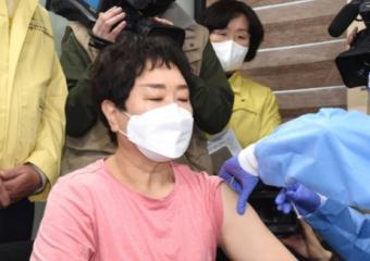 백신접종 시작…8시 45분 첫 접종자 상계요양원 61세 요양보호사